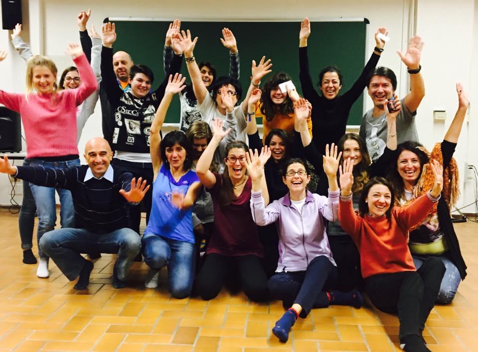 gruppo di studenti e altri partecipanti al club della risata all'Università di Parma
